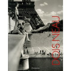 Robert Doisneau : Je me souviens de Paris casquettes et chapeaux melons et de Paris révolté, Paris humilié, Paris bigots-bourgeois, Paris putains mais Paris secret et puis Paris barricades, Paris ivre de joie, et voici Paris bagnoles, Paris combines, Paris jogging...